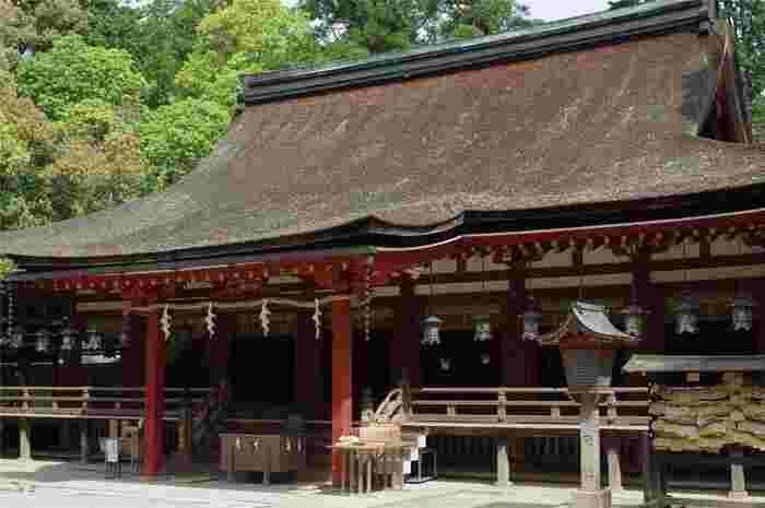 国宝に指定されている拝殿は、1081年に第72代白川天皇が宮仲の神嘉殿(しんかでん)を石神神宮に寄進したものです。正確な建立時期は定かではありませんが、現存する拝殿としては日本最古のものと推定されています。