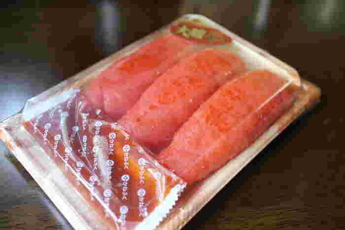 ここでは、様々な種類の新鮮な明太子、明太子を使ったおにぎりやお菓子などが販売されているほか、出来立ての明太子の試食コーナーなどがあります。新鮮な明太子はお土産にぴったりです。