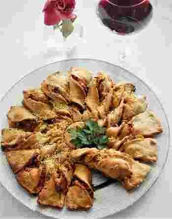 パッと華やかなフランスのパイ「タルトソレイユ(太陽のパイ)」。一見難しそうですが、生地の切り込みをねじるだけで簡単に作れてしまう人気のパイです。  写真はタルトソレイユをピザパン風にアレンジしたもの。生地作りはホームベーカリーにお任せです。ツナやモッツァレラチーズと一緒に焼いて、トマトソースとジェノバソースで味付けをします。中からトロっとチーズが溢れて、見ても楽しい食べても楽しい仕上がりに。  ジャムやチョコレートなどでスイーツとして作ってもいいですね。フィリング次第で、様々な味を楽しめますよ。