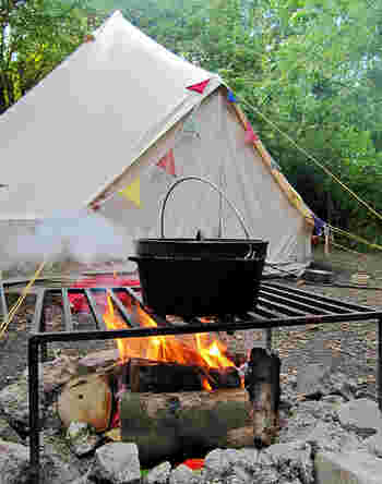 鍋の下からだけでなく蓋にも炭を置いて加熱できるため、まるでオーブンのように使えるのが魅力的。なんとパンまで焼けるのです。キャンプに行かないシーズンはお家でもスープや煮物作りに活躍してくれます。