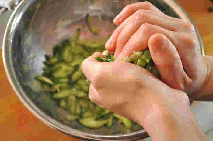 乾燥や低温に弱いので、新鮮なうちにひと手間加えておくのが正解です。 ■塩でもむ=新鮮なうちに塩で揉んだり、薄切りにしてから塩を塗してビニール袋や密封容器へ。 ■干す=5ミリ幅くらいに切ってざるなどに敷き、太陽の下で表面がしんなりするくらいの半干しに。独特の歯応えが出て、炒めても和えても揚げても美味しく仕上がります。