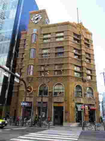 『生駒ビルヂング』と名付けられたそのビルの壁面には、シンボルの大きな振り子時計が。「え?どこが振り子なん?」よく見てください。時計の下の長い出窓と丸窓が振り子に見えるでしょ?