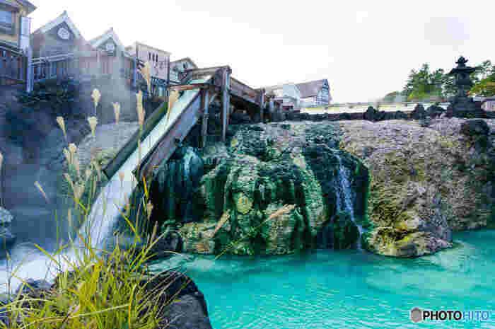 草津のシンボル「湯畑」。 泉質は日本有数の酸性度で、湯畑源泉のpH値は2.1。雑菌などの殺菌作用は抜群です。