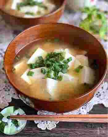 絹豆腐と小ネギだけのシンプルな具材に、みりんと練りからしを加えた風味豊かなお味噌汁です。ほんのりと香るからしの風味がいつものお味噌汁をワンランクアップしてくれます。大豆の風味を存分に味わってみて。