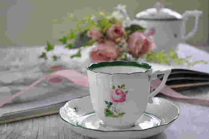 創業は1826年、ハンガリー。ヘレンドのティーカップは、「ヴィクトリア」と呼ばれる中国風の絵柄や、「ウィーンの薔薇」と呼ばれる美しい柄が有名です。上品な佇まいで気品が溢れ、大切な方、目上の方のおもてなしの席にも良さそうです。