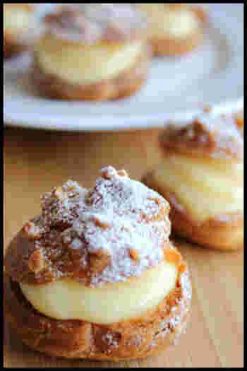 難易度の高いシュークリームもホットケーキミックスで簡単に作ることができます。サクサク生地にのせたアーモンドダイスが美味しさアップのポイント。