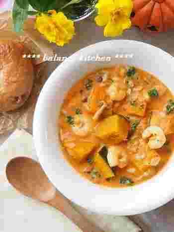 クリームスープなのに生クリーム不使用。トマトジュースを使えば煮込み時間も短縮でき、とても簡単♪なのに具だくさんで手の込んでいるように見えるごちそうスープは忙しい女性の味方です。