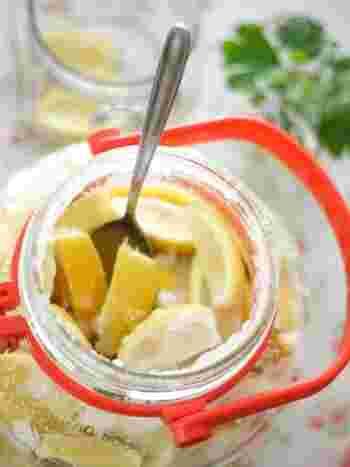しょっぱいのにさわやかでまろやかな、酢と塩の二役をこなしてくれる、あると便利な塩レモン。作ってから1週間で使えるようになり、長く置くほど味もさらにまろやかになるので、たっぷり作り置きしておきたいですね。