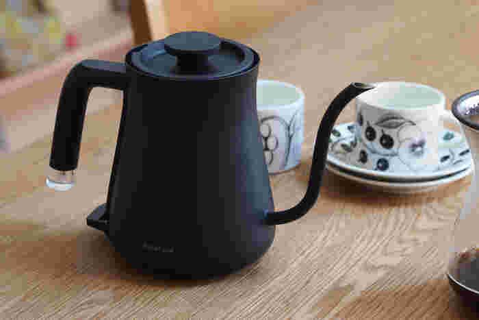 電気ケトルで細口のデザインのものなら、お湯をさっと沸かせてそのまま注ぐことができます。ただし、沸かしたてのお湯はおいしいコーヒーを淹れるためには熱すぎるので、ちょっと冷めるまで待ちしょう。適温は95℃前後とされています。