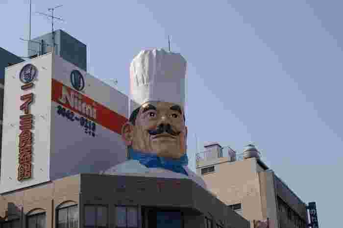 菊屋橋交差点方面から道具街に到着するとまず目に入るのがこのビッグコック! ここが明治40年創業の和洋中さまざまな食器がそろうニイミ洋食器店です。