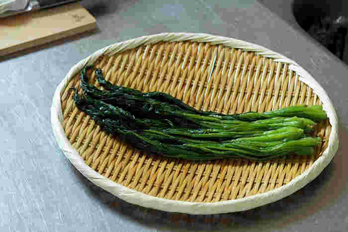 水が切れるのがざるの特徴の一つ。それを生かして茹で野菜の水切りに使いましょう。ざるに上げると何だかいつもの茹で野菜も美味しそうに見えてくる。平たいタイプなら、そのまま広げて冷ますこともできます。