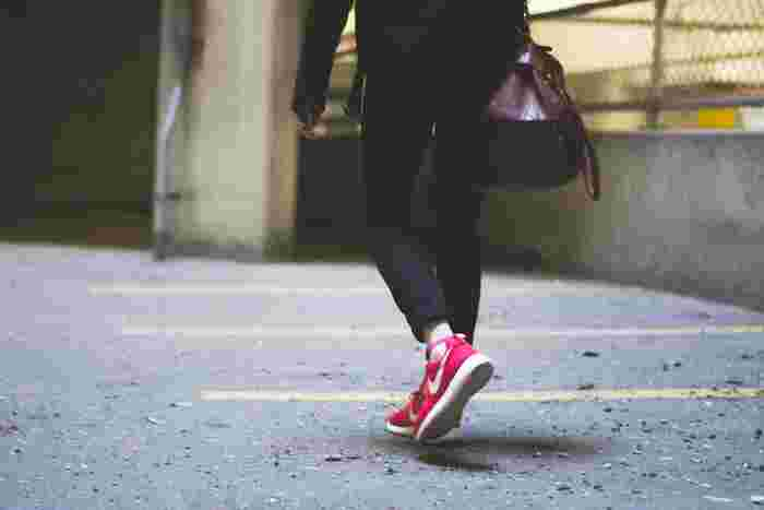 運動不足の場合は、仕事や家事の合間に1日10分ウォーキングをしてみましょう。長時間やらないと意味がないのではと思うかもしれませんが、そうするとなかなか腰が重くなってしまいますよね。何もしないよりも毎日習慣づけることで、体にスイッチが入りますよ。