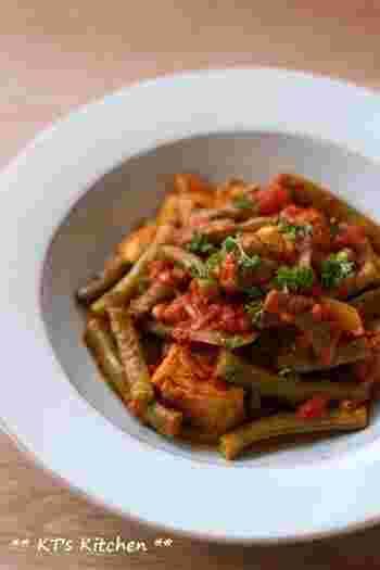 スパイスの深みと鶏肉の旨みが詰まったトマトソースがインゲンに絡んだ美味しいレシピです。