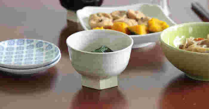 """こちらは""""日本のものづくり""""にこだわった高品質なアイテムを提案するブランド、「東屋(あずまや)」さんのシンプルで上品な六角高台の小鉢です。伊賀の土と釉薬を使用し、職人さんによって一点一点丁寧に制作される上質な小鉢は、食卓に置くだけで絵になる凛とした美しい佇まいが印象的です。"""