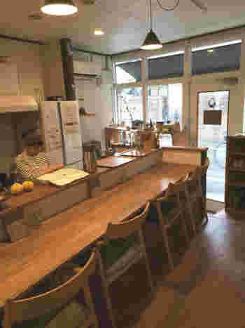 カウンターと座敷席のある店内。築50年のアパートを改装してつくられたそうで、食や身体にまつわるさまざまなワークショップなども開催されています。
