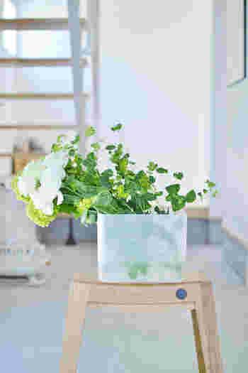 実は、こちらのカゴバックの中身は、なんともないシンプルなプラスチックのメイクボックスを代用したフラワーベースが。ちゃんとお水に生けているのでお花やグリーンもしっかり長生きしてくれますね。是非真似したいアイディア。