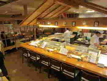店内は明るく広々として入りやすい雰囲気。本格寿司店よりも敷居が低く、一人客からファミリーまで気軽に入れます。週末などは予約していくのがおすすめですよ。