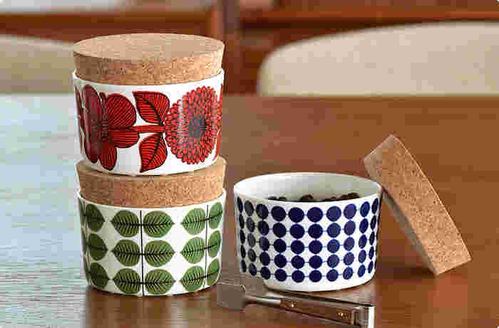 世界中にファンがいる「Gustavsberg(グスタフスベリ)」は、スウェーデンのメーカーです。名のあるデザイナーの作品が魅力のブランドで、こちらのキャニスターは、スティグ・リンドベリがデザインしたもの。はっきりとした色合いと愛らしいモチーフが目を引くデザインです。ティータイムにお菓子やお砂糖を入れて、食卓に添えてみてくださいね♪