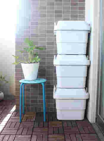 ベランダ掃除をはじめる前に、片付けをしておきましょう。植木鉢や収納ケースなどは一旦室内へ移動させて、何もない状態にすると掃除がスムーズ。ものがあるだけ汚れも溜まりがちなので、この機会に不要なものを処分しておくのもおすすめです。
