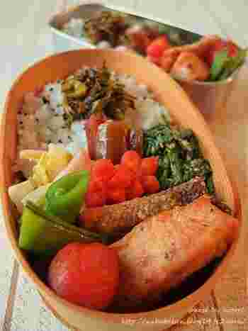 鮭に小麦粉をまぶしたら、フライパンにバターかオイルを引いて焼きます。味付けはクレイジーソルトで。※フライパンの内径サイズにカットしたクッキングシートを敷くと、皮がこびりつきません。