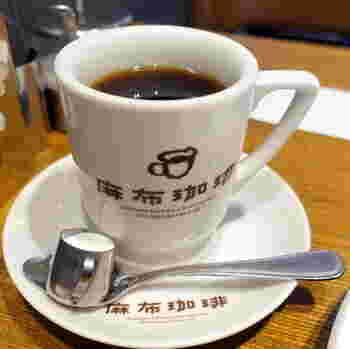 SNSにもぴったりのフォトジェニックなコーヒーカップがかわいい!店内は3階まであり、3階にはテラス席もあるので、タバコを吸う人にもおすすめのお店です。