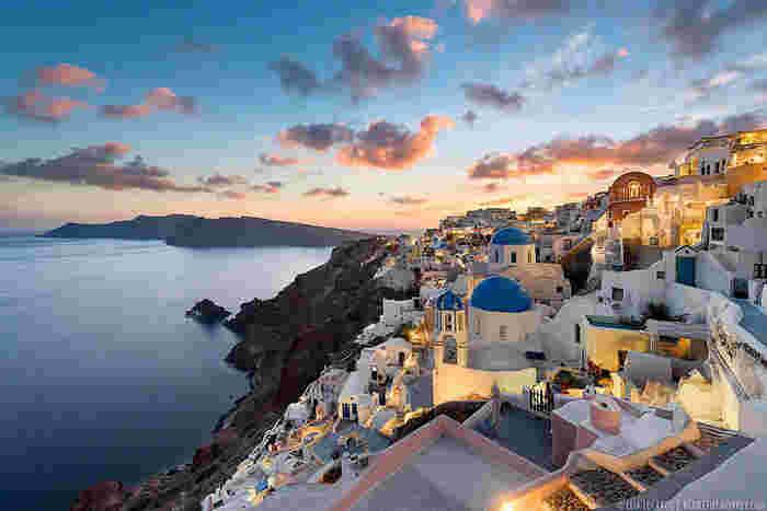 エーゲ海に浮かぶ「サントリーニ島」は、ドーム型の青い屋根と白壁が美しい断崖に建つ街が魅力。ラグジュアリーなホテルも多く、部屋のテラスで海を眺めながらゆったりと食事を楽しむのも素敵です。美しい街並みとレストランなどのお店が充実している夢のようにかわいいリゾート地です。