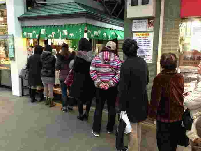 羊羹と最中だけを販売するこだわりの和菓子店「小ざさ」。吉祥寺のサンロード商店街にあるわずか一坪の小さなお店ですが、いつも大勢の人で賑わい行列が絶えません。