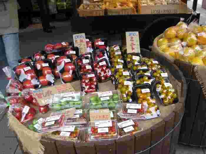"""春は山菜、夏は高原野菜、秋はりんご、冬は下仁田ネギと、都心部の店とは異なる""""旬""""を大切にしたラインナップで、眺めるだけでもワクワクする市場です。"""