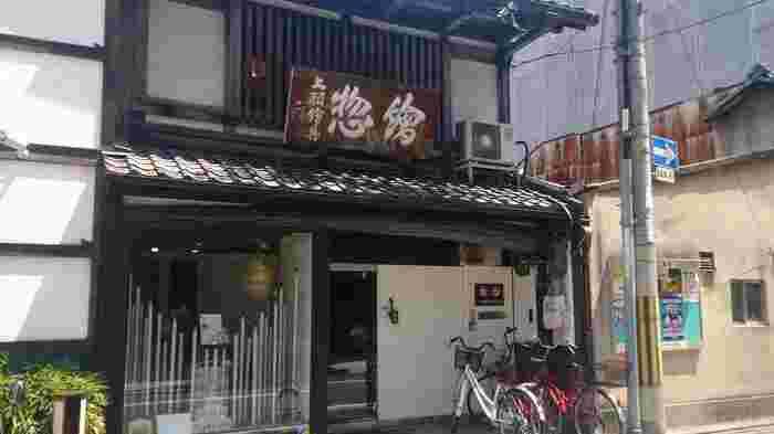 1751年創業で260年以上続く顔料屋、絵具屋として和の彩りや日本の伝統色にこだわっている「上羽絵惣」。長年続く伝統と技術を守るだけでなく、日本の四季が織りなす自然の和の色を伝えていくことを大切にしています。また成分にもこだわり、人にも優しい天然素材と色彩を追求した商品づくりが今の人気を支えています。