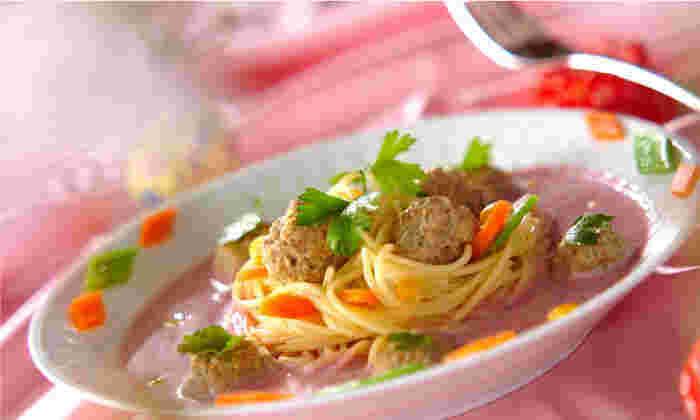 ビーツでピンク色に染まった可愛らしいスープがユニーク。女性同士のパーティなどにもおすすめのパスタです。パスタをビーツのスープにからめながらいただきます。