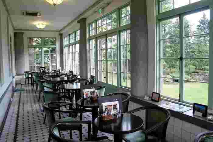 洋館の1階は「大正浪漫喫茶室」と「藤田謙一資料室」になっていて、2階はレンタルスペースです。人気のお庭に面したテラス席は、ミントグリーンのサッシと白い壁の爽やかな空間にレトロな床のタイルがキュート。館内にはステンドグラスなどもあり、見ごたえがありますよ。