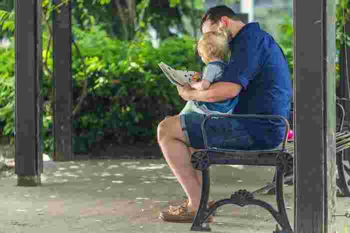 お家にいる時間が少ないパパには、お休みの日にたっぷり赤ちゃんとふれあって、積極的に子育てに参加してもらいましょう。一緒に過ごす中で、パパしか出来ないことを見つけるきっかけになったり、子育てに積極的に関わってくれるきっかけになるかもしれません。