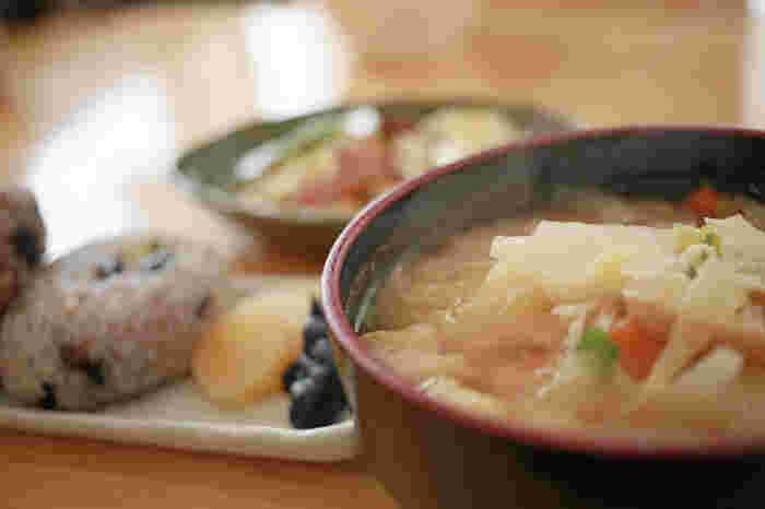 お味噌汁の具材は旬の季節のお野菜をチョイスするのが一番です。一種類のお野菜だけでももちろん美味しいですが、いくつか具材を組み合わせるとより深みのあるお味に仕上げることができます。一年中使えるお豆腐や油揚げにプラスしていくといいですね。