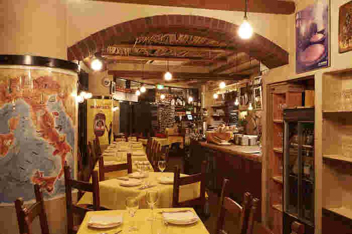 イタリアの食堂を再現した店内。接客もイタリア式の明るいサービスで、ここに来るだけで楽しい気分になれそうです♪
