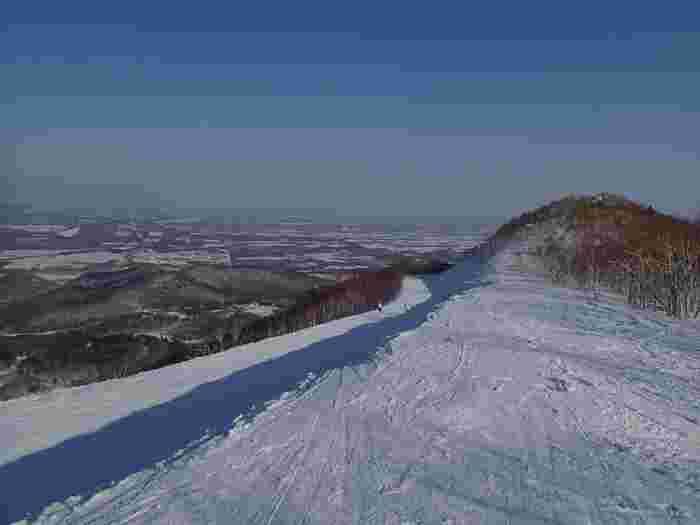 十勝平野を一望する絶景で知られる「十勝サホロリゾートスキー場」。ホテルから徒歩1分でリフトへ。コースも広く、ゆったりと春スキーが楽しめます。とかち帯広空港から約60分、新千歳空からは約90分でアクセスできますので便利。4月9日(日)まで営業予定。