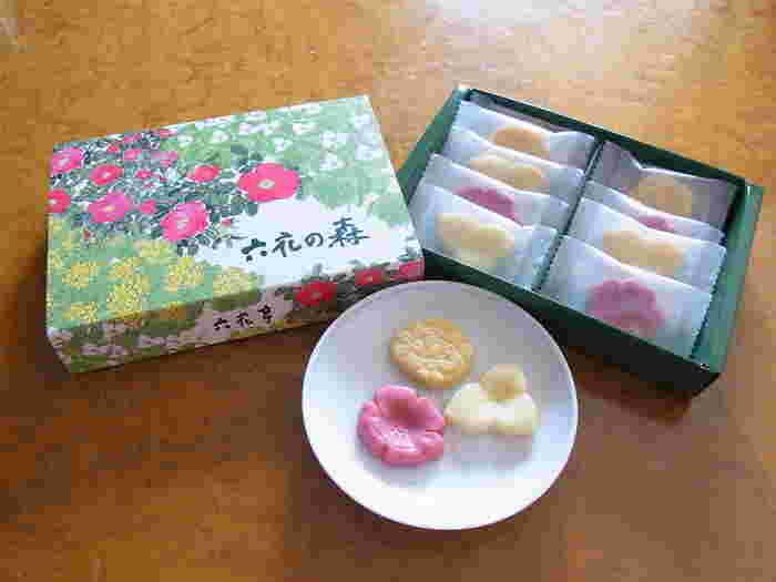 北海道に咲く山野草をかたどったチョコレート3種が12個入りの「六花の森」。はまなし(ストロベリー)、おおばなのえんれいそう(ホワイト)、えぞりゅうきんか(パッションフルーツ)をイメージしたひと口サイズのチョコレートが可愛いですね。