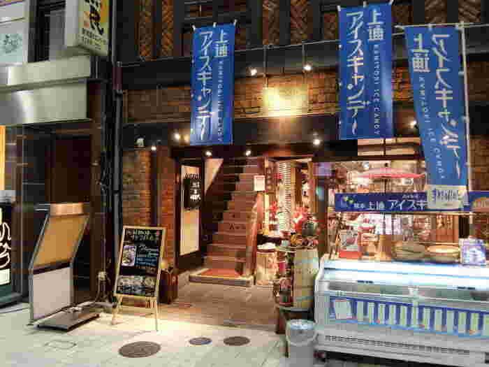 上通りアーケードに入ってすぐ左にある「岡田珈琲」は、昭和20年の創業の老舗珈琲店です。1Fは珈琲豆や焼き菓子などのお店で、2Fがカフェになっています。モーニングやランチもあり、地元の人から愛される珈琲店です。