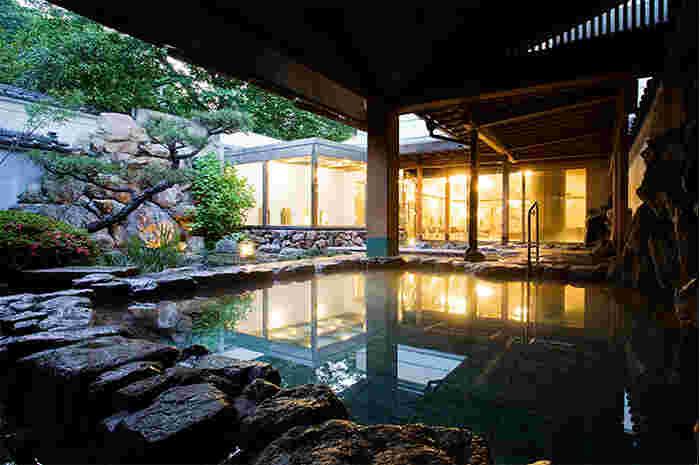 日本庭園を眺めながらの露天風呂につかりながら、道後温泉の名湯を満喫できるのもこのホテルのおすすめポイント。夜はライトアップされて、至福のひとときを過ごせそうです。