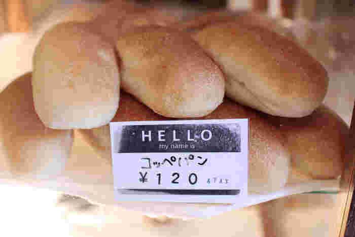 はじめにご紹介するのは、国産小麦と自家製酵母を使用した、お店自慢の美味しいパンがいただける「ベーカリーミウラ」さん。外はカリッと中はモッチリした食感が楽しめるコッペパンをはじめ、食パンやカンパーニュなど、シンプルで美味しい魅力的なパンを手作りされています。お店は根津神社北口からほど近い場所にあり、ツバメマークの可愛い看板が目印です。谷根千界隈を訪れた際に、ぜひ立ち寄ってみてはいかがでしょうか。