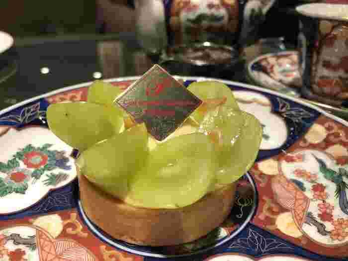 アフタヌーンティーセットの他にも、有田焼の美しいお皿に載った華麗なケーキのセットなど、ゆったりとした時間を過ごすには最適なデザートが揃っています。お味はもちろんホテルクオリティ。大人な時間を過ごしたいときにおすすめです。