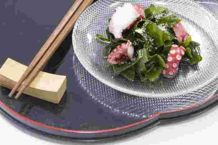お味噌汁や酢の物など、日本人の食生活に馴染み深い食材、わかめ。 わかめにはカリウムやナトリウム、ヨウ素といったミネラル成分と食物繊維がたっぷり含まれています。また、低カロリー・低糖質なのでダイエットや糖質制限をしている方おすすめの食材です。