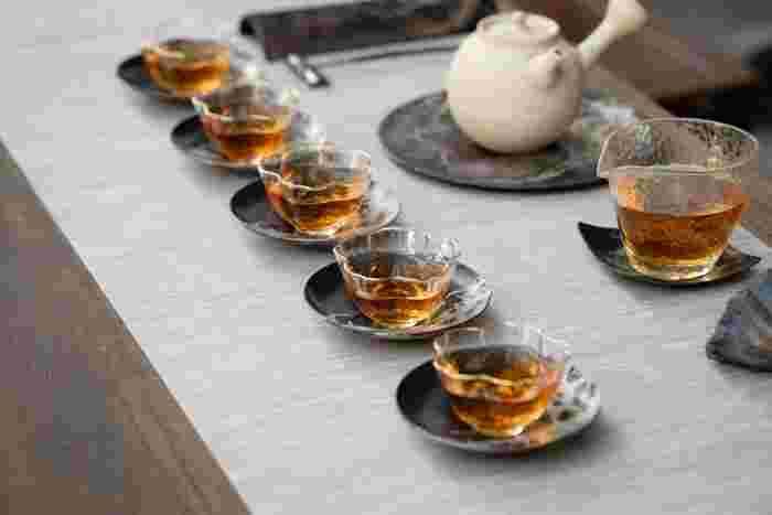 美味しいコーヒーも良いですが、お茶を茶葉からゆっくり淹れて頂く時間も素敵だと思いませんか?  そこで今回は、お茶の中でも、中国茶、紅茶、日本茶に注目し、それぞれの茶葉の種類や美味しい淹れ方、そしてお茶を美味しく淹れるための美しい道具たちをご紹介したいと思います。
