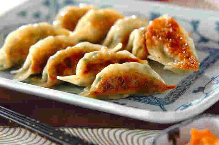 マヨネーズに練りごま、豆板醤を合わせたゴママヨだれです。海老餃子などの海鮮餃子におすすめの濃厚だれです。混ぜるだけのたれなので、材料さえあればすぐに作ることができます。