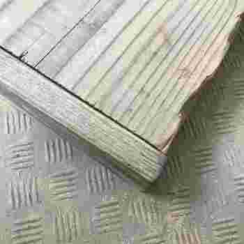 天板を固定させる木材は、裏面の見えない場所に取り付けることも多いですが、このように端に取り付けるのも◎