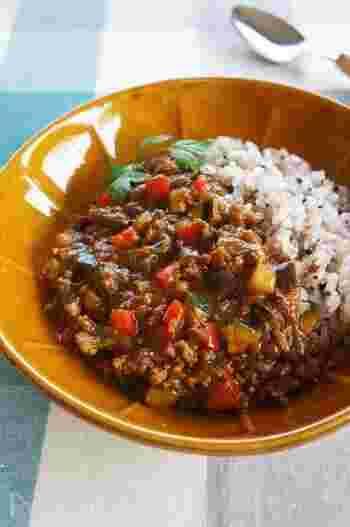 玉ねぎ、なす、ズッキーニ、パプリカ。夏野菜の旨味いたっぷりのキーマカレー。パプリカの赤やズッキーニの緑が美しく、食卓を明るく彩ります。このままで食べるのは勿論、半熟の目玉焼きをトッピングしても美味しいですよ!