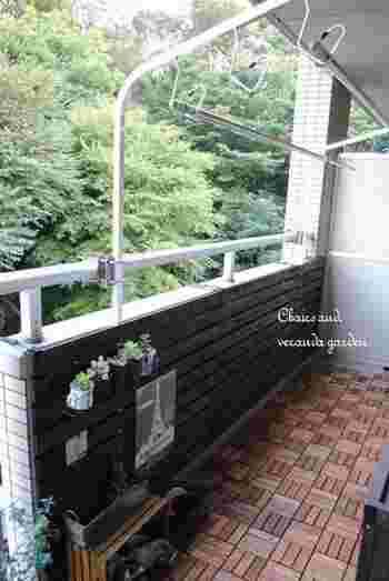 反対側は洗濯物を干せるランドリースペースとして。マンションの場合は、避難経路となる境界壁はふさがないように気をつけましょう。