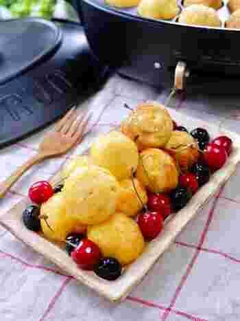 たこ焼きプレートで作る、ふわふわあま~い至福のフレンチトースト。コロンとまんまるな形もかわいいですね。おもてなしにもぴったり!好きなフルーツをたくさん添えて召しあがれ。