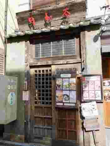 """台湾スイーツといえばコレ!と言われるほど有名な「パイナップルケーキ」。現地では""""オンライソー""""と呼ばれていて、焼き菓子の中にパイナップルジャムとバターで作った餡が包まれています。  吉祥寺にある「台湾茶藝館 月和茶(ユエフウチャ)」は、手作りのパイナップルケーキがいただける小さなカフェです。"""