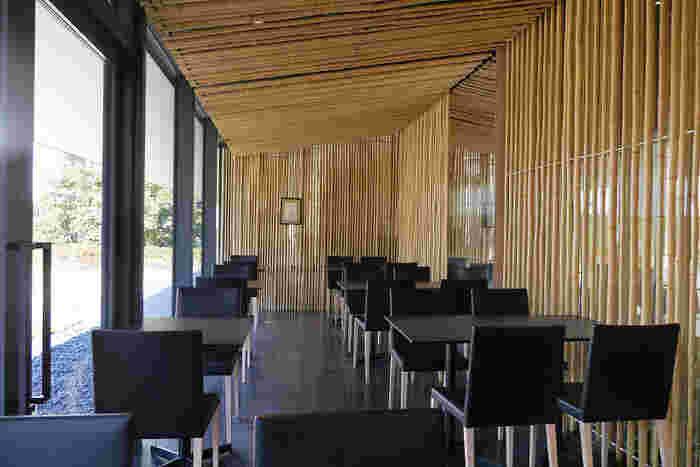 設計は、隈研吾氏。歌舞伎座の屋上庭園が見える3,000本の竹に覆われた空間は、まさに禅の世界そのもの。スタイリッシュな店内は、都心とは思えない落ち着いた雰囲気で居心地抜群です。