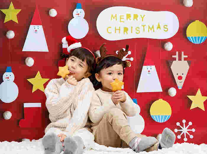 親子で楽しく作ったクリスマスアイテムの数々。せっかくなので、子供たちの笑顔と一緒にきれいに記録に残しませんか。  そこでおすすめしたいのが、家族のためのグラフィックグッズ専門店・グラこころの「ポスター」。  なにげないひと時のスナップ写真も素敵ですが、この「ポスター」があると、イベント感溢れる一枚を撮影できますよ。一枚貼るだけでスタジオさながらの背景に変身♪  立体的に見えるこちら(画像)の背景も、実はすべて一枚のポスターを壁に貼っているだけというのが驚きです!